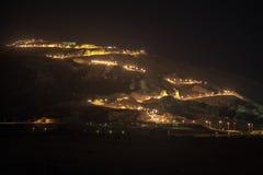 Nachtmening van Jebel Hafeet en de aangestoken weg, Al Ain, de V.A.E royalty-vrije stock fotografie