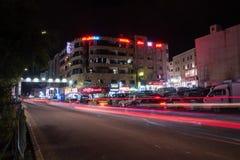 Nachtmening van K Husseinstraat met auto lichte slepen stock afbeeldingen