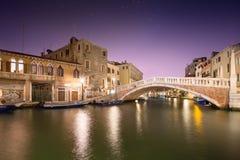 Nachtmening van kanalen in Venetië Stock Foto's