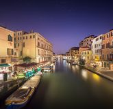Nachtmening van kanalen in Venetië Royalty-vrije Stock Afbeeldingen