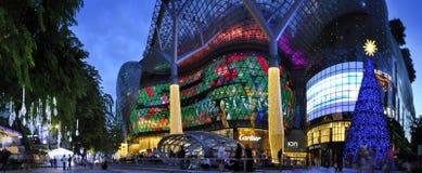 Nachtmening van Kerstmisdecoratie bij de Boomgaardweg van Singapore Stock Fotografie