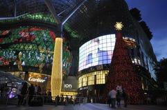Nachtmening van Kerstmisdecoratie bij de Boomgaardweg van Singapore Stock Afbeelding