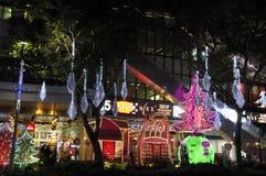 Nachtmening van Kerstmisdecoratie bij de Boomgaardweg van Singapore Stock Foto's