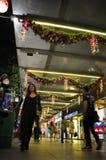 Nachtmening van Kerstmisdecoratie bij de Boomgaardweg van Singapore Royalty-vrije Stock Afbeeldingen