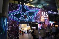 Nachtmening van Kerstmisdecoratie bij de Boomgaardweg van Singapore Royalty-vrije Stock Afbeelding