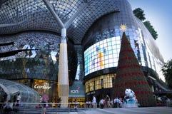 Nachtmening van Kerstmisdecoratie bij de Boomgaardweg van Singapore Royalty-vrije Stock Fotografie