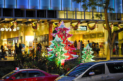 Nachtmening van Kerstmisdecoratie bij de Boomgaardweg van Singapore Stock Afbeeldingen