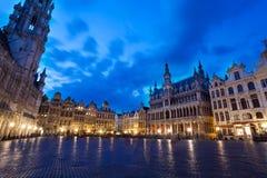 Nachtmening van La Meuse et l'Escaut over Grand Place stock foto