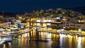 Nachtmening van Meer Voulismeni in Agios Nikolaos, Eiland Kreta, Griekenland - timelapse, uitzoomen, schuine stand stock footage