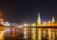 Nachtmening van Moskou het Kremlin in Rusland royalty-vrije stock afbeelding
