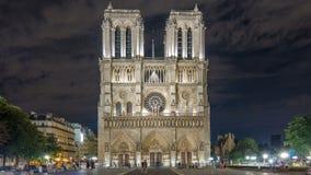 Nachtmening van Notre Dame de Paris timelapse, Frankrijk en vierkant voor de kathedraal met mensen stock video
