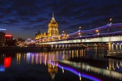 Nachtmening van Novoarbatsky-brug, hotel de Oekraïne en de rivier van Moskou moskou stock foto's
