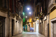 Nachtmening van oude straat van Europese stad Royalty-vrije Stock Foto's
