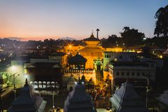 Nachtmening van Pashupatinath-Tempel Katmandu stock foto