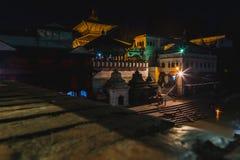 Nachtmening van Pashupatinath-Tempel Katmandu stock afbeeldingen