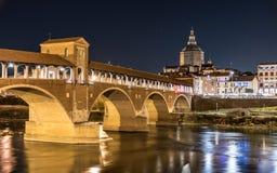 Nachtmening van Pavia met Ponte Coperto en de rivier Ticino Stock Foto's