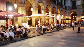 Nachtmening van Placa Reial met restaurants Stock Foto