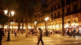 Nachtmening van Placa Reial met restaurants stock videobeelden
