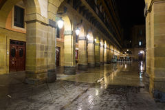 Nachtmening van Plaza DE La Constitucion Donostia Stock Foto's