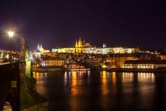 Nachtmening van Praag in kleurenlichten: oude historische gebouwen Stock Fotografie
