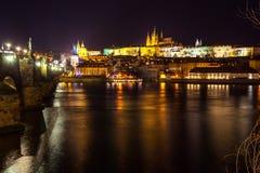 Nachtmening van Praag in kleurenlichten: oude historische gebouwen Royalty-vrije Stock Afbeeldingen