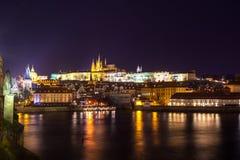 Nachtmening van Praag in kleurenlichten: oude historische gebouwen Royalty-vrije Stock Foto's