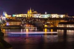 Nachtmening van Praag in kleurenlichten: oude historische gebouwen Stock Foto