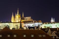 Nachtmening van Praag in kleurenlichten: oude historische gebouwen Royalty-vrije Stock Foto