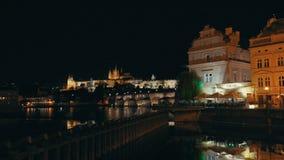 Nachtmening van Praag, Tsjechische Republiek stock footage