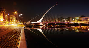Nachtmening van Samuel Beckett Bridge in Dublin City Centre Royalty-vrije Stock Foto