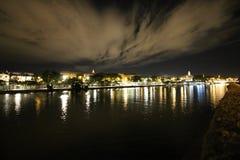 Nachtmening van Sevilla met zijn rivier Guadalquivir en Torre del Oro stock afbeeldingen