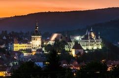 Nachtmening van Sighisoara, Roemenië na de zonsondergang Stock Foto