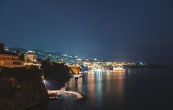 Nachtmening van Sorrento, Italië De achtergrond van de reis stock fotografie