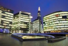 Nachtmening van Southwark-Horizon en de bouw van het Scherfbureau in Londen royalty-vrije stock foto's