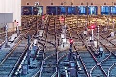 Nachtmening van sporen in depot Royalty-vrije Stock Foto's