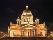 Nachtmening van St Isaac kathedraal in de winter Stock Afbeeldingen