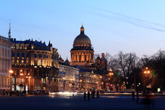 Nachtmening van St Isaac Kathedraal in St. Petersburg, Rusland stock foto