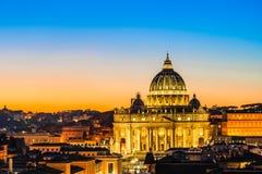 Nachtmening van St Peter Basiliek in de Stad van Vatikaan, Rome, Italië royalty-vrije stock afbeeldingen