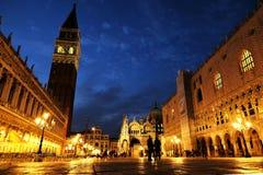 Nachtmening van St Vierkante piazza San Marco, het Paleis Palazzo Ducale van het Teken van de Doge in Venetië, Italië stock foto