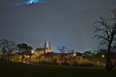 Nachtmening van St Vitus Cathedral bij het Kasteel van Praag Stock Foto's