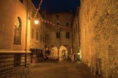 Nachtmening van steeg met muren en steenbogen in Vence Royalty-vrije Stock Foto's