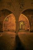 Nachtmening van steeg met muren en steenbogen in Vence Royalty-vrije Stock Afbeeldingen