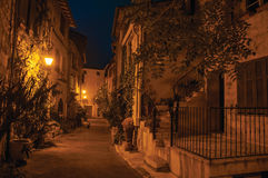 Nachtmening van steeg met muren en steenbogen in Vence Stock Foto