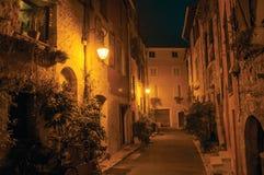 Nachtmening van steeg met muren en steenbogen in Vence Royalty-vrije Stock Fotografie