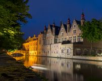 Nachtmening van Steenhouwersdijk-kanaal, Brugge, België stock afbeelding