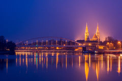 Nachtmening van Szeged-stad in Hongarije stock foto's