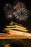 Nachtmening van Tiananmen over vuurwerk Royalty-vrije Stock Foto