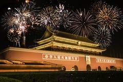 Nachtmening van Tiananmen over vuurwerk Royalty-vrije Stock Afbeeldingen