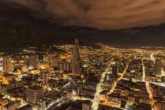 Nachtmening van Torre BD Bacatà ¡ hoogst in stad Stock Fotografie