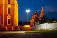 Nachtmening van verlichte kerk en Kathedraal van Ryazan het Kremlin in Rusland stock foto's